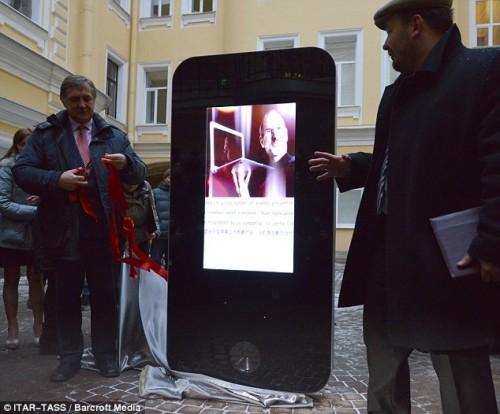 jobs_russia_iphone_sculpture-500x414