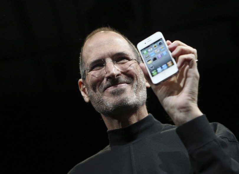 Apple CEO Steve Jobs poses with the new iPhone 4 during the Apple Worldwide Developers Conference in San Francisco, California June 7, 2010. REUTERS/Robert Galbraith  (UNITED STATES - Tags: SCI TECH IMAGES OF THE DAY BUSINESS) - RTR2EVJN
